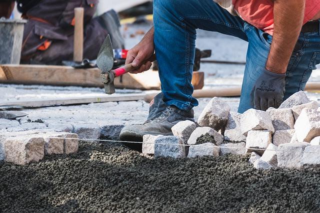 Nienaganny wygląd podjazdów, tarasów i alejek wykonanych z kostek oraz płyt betonowych jest uzależniony od odpowiedniej pielęgnacji nawierzchni